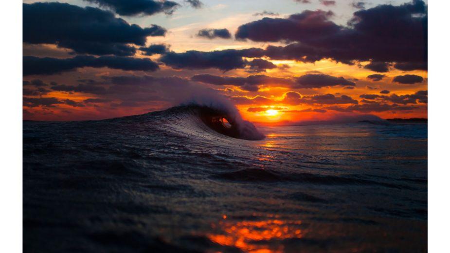 Waves-Crashing-4K-Sunset-Wallpaper